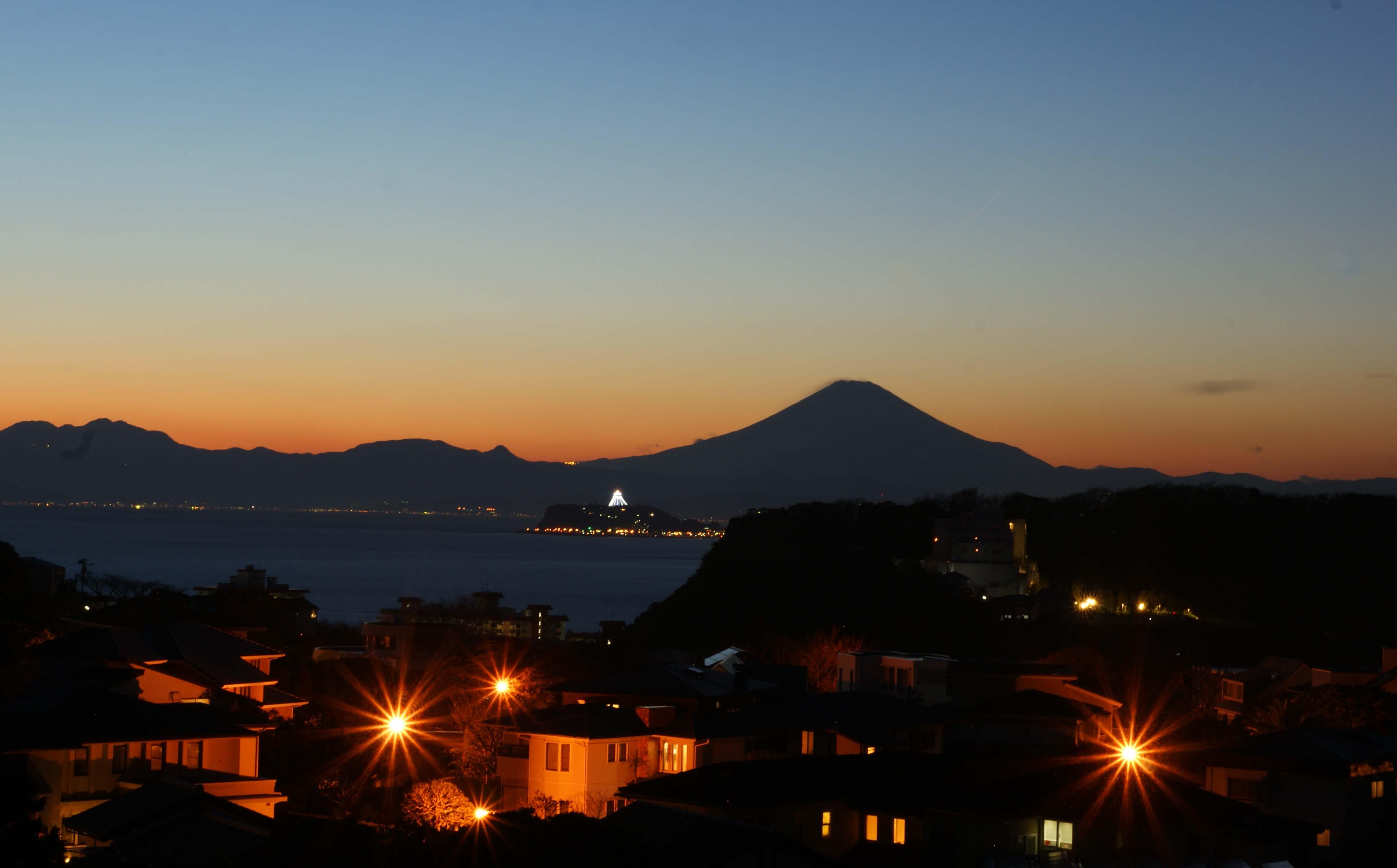 大晦日 夕暮れに沈む行く富士山...